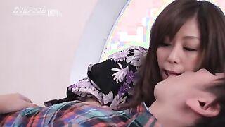 Die japanische Geisha Chirino Akino küsst und streichelt einen Kunden