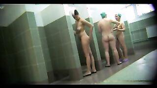 Kleine Frauen baden nach der Schicht in der gemeinsamen Seele