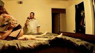Kukold sieht zu, wie seine Frau mit einem Freund fickt