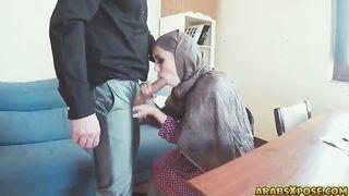 Arab Zoe gibt einem Engländer einen wunderschönen Blowjob