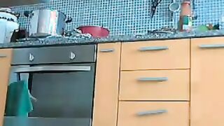 Sexy Milf spreizt ihre Muschi vor der Webcam in der Küche