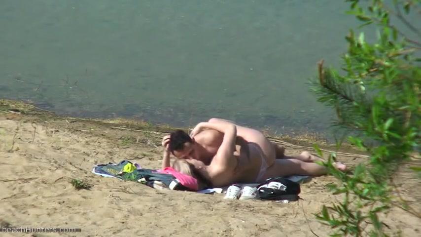 Nacktes Paar hat Sex am Strand Bilder