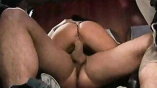 Sexy Brünette liebt es, in den Bus gelegt zu werden