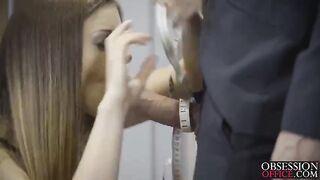 Stella Cox in Dessous wird von einem Kunden bei der Arbeit gefickt