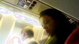 Finger eines Mitglieds eines Fremden in einem Flugzeug und Aufzeichnung ihrer Reaktion auf das Video
