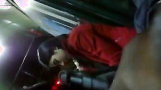 Neger fingert Schwanz vor einem Studenten in einem Bus