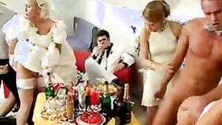 Kluge Braut und Bräutigam trübten eine Sexorgie auf einer Hochzeitsfeier