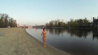 Schöne Kiewer Frau, die am frühen Morgen nackt im Dnjepr badet