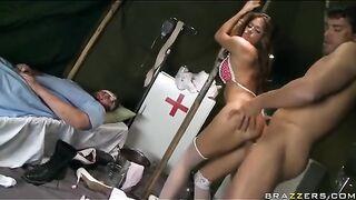 Eine Krankenschwester in Strümpfen fickt einen verwundeten Soldaten auf der Krankenstation