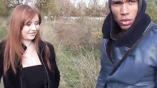 Das rothaarige Petersburger Mädchen saugte Pikaper-Mitglieder im Wald