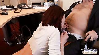Der junge Assistent führt einen Blowjob an einem Mitglied des alten Chefs durch