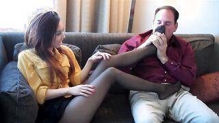 Junge Brünette masturbiert mit Beinen in Strumpfhosen