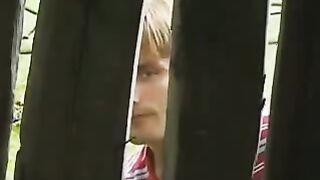 Sohn spioniert den betrunkenen Vater aus und die Mutter der Milchmagd in der Scheune
