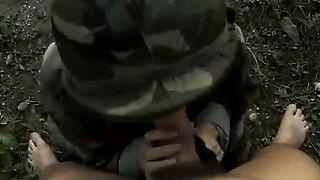 Die Militärschlampe ließ den Banditen ihre Muschi lecken und sie in den Bergen ficken