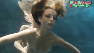 Tauchtrainer fickt Upskirt unter Wasser