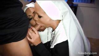 Der Heilige Vater fickte zwei Nonnen, nachdem er Gott gedient hatte