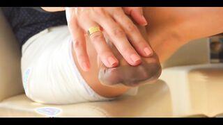 Der Ehemannfetischist saugte die Beine seiner Frau in Strumpfhosen und masturbierte ein Mitglied von ihnen