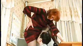 Der Schüler leckt die haarige Muschi des Lehrers direkt am Paar durch die Strumpfhose