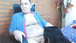 Enkelin saugt den Schwanz des alten Großvaters vor der Webcam
