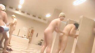Versteckte Kamera schießt nackte russische Frauen in einem gemeinsamen Duschsanatorium