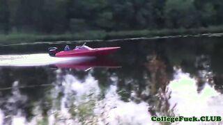 Gruppensex russischer Studenten in der Natur am Fluss