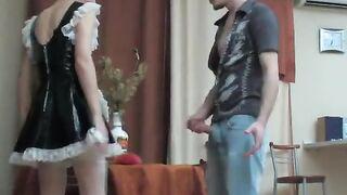 Dienstmädchen dient Chef Sohn Schwanz mit Mund und Muschi