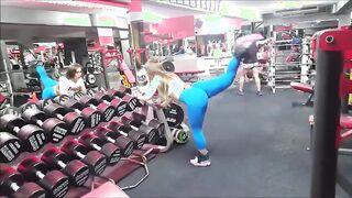 Küken mit einer großen aufgepumpten Beute springt ins Fitnessstudio