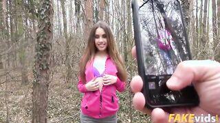 Elle Rose fickt zum ersten Mal im Wald