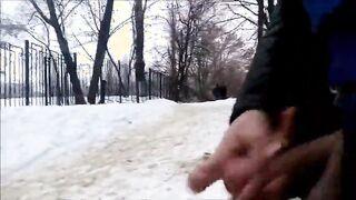 Im Winter im Freien einen Schwanz wichsen