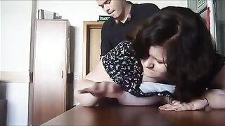 Die fette Sekretärin bittet die Chefin um eine Gehaltserhöhung mit ihrer Muschi