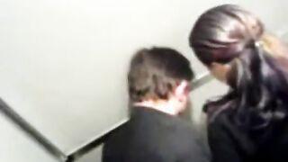 Mädchen fickt mit einem Fremden in der Toilette des Clubs