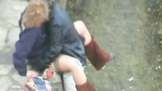 Junger Fick im Park in der Öffentlichkeit