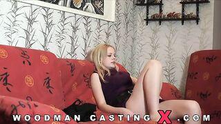 Blondine aus Latvia Evita versucht anal auf das Gießen von Woodman