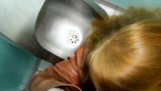Rothaarige Hure schluckte Urin und machte einen Blowjob in der Toilette