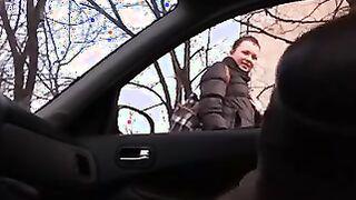 Der Fahrer wichst ein Mitglied, und das Mädchen spricht über die Straße nach Sberbank