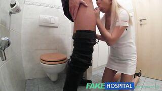 Krankenschwester fingert Dick und fickt Patienten in der Toilette zur Analyse