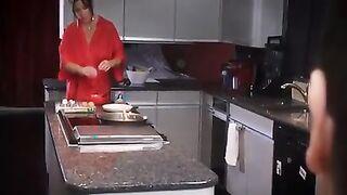 Sohn dankte Mutter für ein leckeres Frühstück beim Sex in der Küche