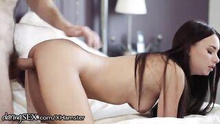 Holländer spritzt in ein schönes junges Mädchen