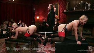 Harter Sex mit Sklaven vor einem reichen Publikum
