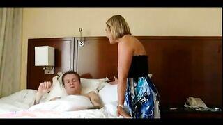 Mutter und Sohn entspannen sich am Meer und ficken im Hotel