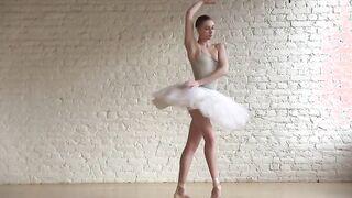 Nackte Ballerina tanzt mit gepflegter Muschi