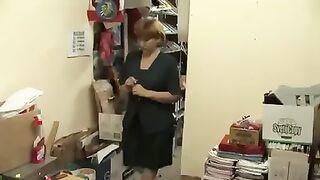 Reife russische Verkäuferin wird von einem Chef gefickt