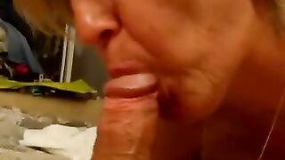 Eine ältere Frau lutscht ihrem Ehemann einen Schwanz und redet dabei