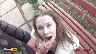 Mädchen mit großen blauen Augen gab einem Fremden in einem Moskauer Park einen Blowjob