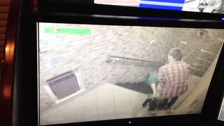 Junge Leute ficken auf der Veranda und der Concierge schaut durch die Überwachungskamera