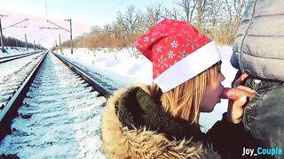 Winter Amateur Blowjob auf der Schiene vor einem fahrenden Zug