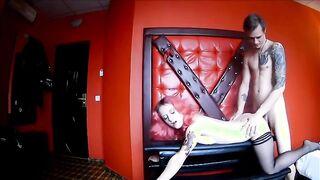 Der tätowierte Gefängniswärter schlug das Mädchen mit einer Peitsche und sauer auf Krebs