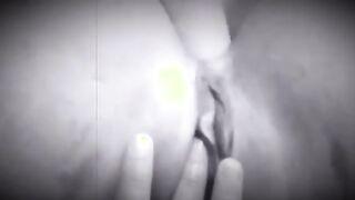 Sie stopfte einen Vibrator in den Arsch und fingerte ihre Muschi mit den Fingern