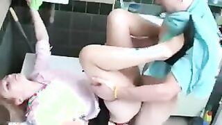 Neffe fickte Tante aus Surgut und leckte ihre Beine und Muschi im Badezimmer