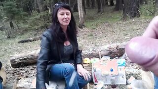 Russischer Student fingert Schwanz vor drei reifen Hochschullehrern im Wald